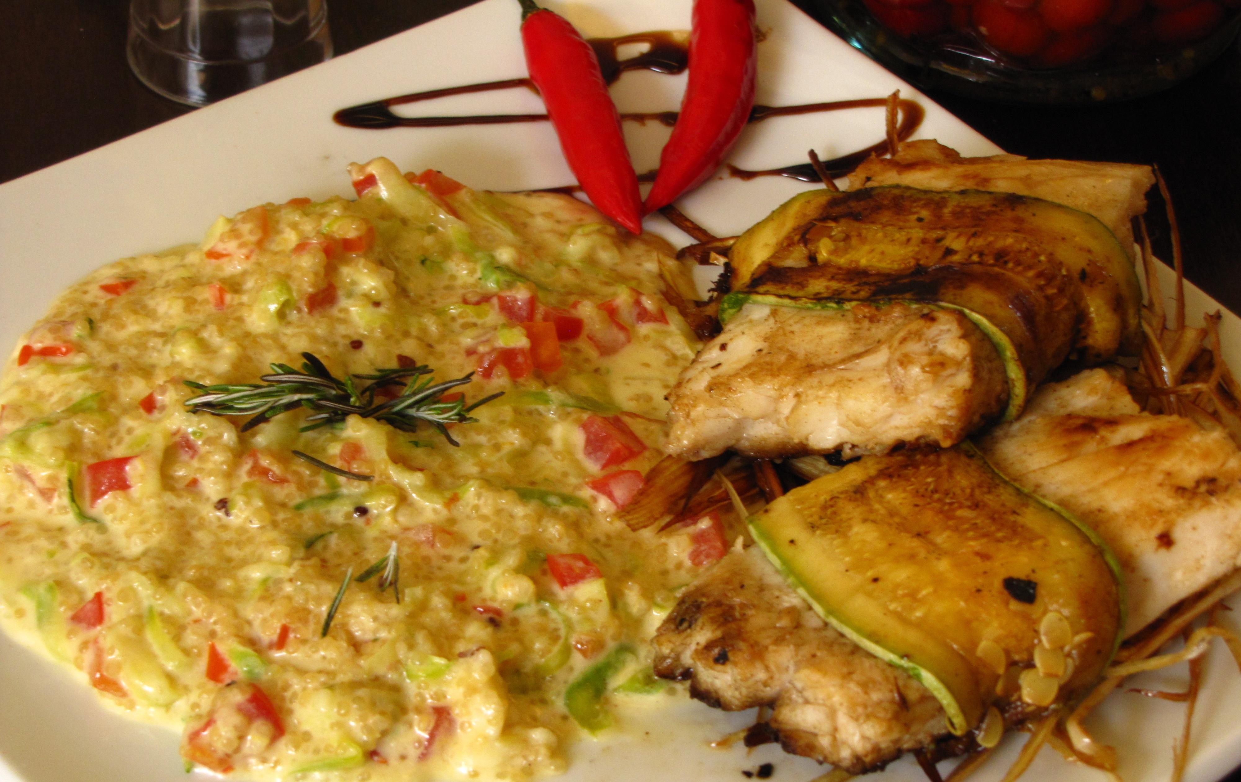Envoltine de abadejo em cama de alho poró, guarnecido com risoto de quinoa e abobrinha do EL TAMBO